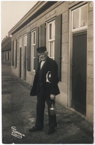 006365 - Volksfiguren: De 'Dorpsbarbier Leijten' met schort, schaal en koperen waterketeltje in de Hasseltstraat te Tilburg in 1927