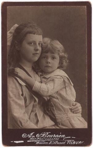 003636 - Maria Magdalena Christina Antonetta (Lena) van Beurden, geboren te Tilburg op 11 mei 1903 en haar jongere zus Gertruda Anna Maria Leonora (Truus) van Beurden, geboren te Tilburg op 23 mei 1910. Dochters van Henri F.A. van Beurden en van Christina G.M.J.E. Teulings. De meisjes werden gefotografeerd in de fotostudio van hun grootvader Adriaan van Beurden aan de WillemII-straat te Tilburg. Lena van Beurden verbleef van 1911 tot 1917 op een kostschool in Engelen en bleef (voor zover bekend) ongehuwd. Truus van Beurden huwde op 22 mei 1935 met Fr. A. A. Priem en verhuisde twee manden later naar Venlo.