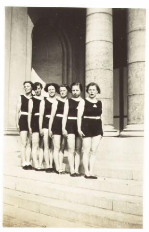 052865 - Sportver. Volt. afd. gymnastiek rond 1935. Enkele dames met als 4e van links mogelijk de echtgenote van Bas Boeren. Toen had men al het driehoekig embleem met G.A.V. Volt. De locatie is onbekend.