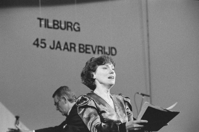 TLB023000116_003 - Optreden van Thea Vermeulen-Peek als soliste met koor en orkest `L´Echo des Montagnes`, tijdens de Bevrijdingsfeesten 1989 in de Tilburgse Stadsschouwburg