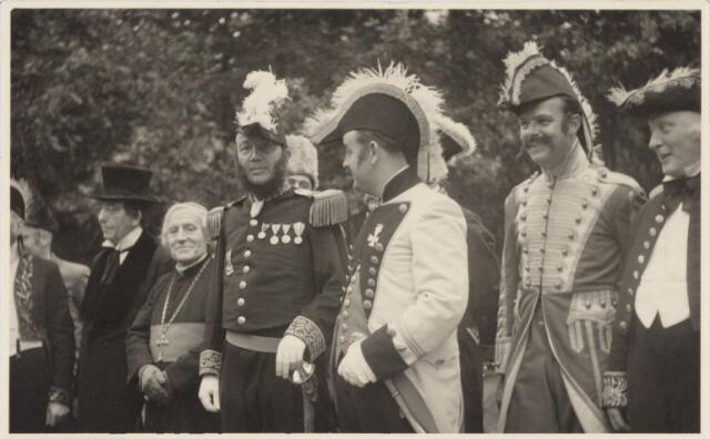 048963 - Festiviteiten te Tilburg b.g.v. het 50-jarig regeringsjubilé van Koningin Wilhelmina op 6 september 1948. Aankomst van koning Willem II bij de 'Vier Winden' aan de Bredaseweg ter hoogte van het oud Belgisch lijntje.  Verslag over deze festiviteiten met optocht staat in het Nieuwsblad van dinsdag 7 september 1948. vlnr: Jos v.d. Brekel, M. Bonants, Fons Schotel, A. v. Grinsven, H. Dröge, Frans van Nunen, Aug. Buddemeijer, Bressers, Nies Bakx.