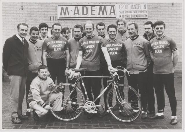 082127 - Wielrennen, Rijen. De Centra A.H.V. ploeg met zittend W. van Wanrooij. Staand vlnr Ad Seelen, P. vd Veeken, A. Seelen jr, C. van Dongen, G. vd Brandt, P. Aarts, M. vd Pluijm, J. Oprins, F. Hultermans, B. Huijsmans, Wim Vermetten, Henk van Oisterwijk en J. van Riel