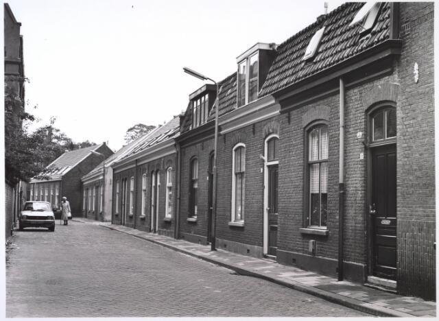 024874 - Panden aan de Kuiperstraat halverwege 1986 en gezien in de richting van het Wilhelminapark