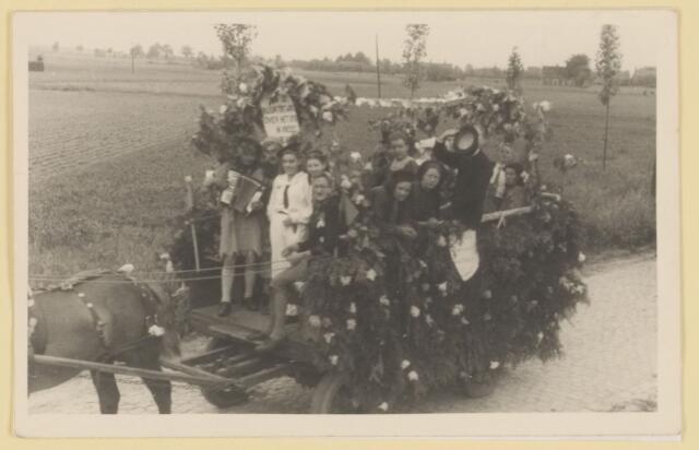 """080853 - WOII; WO2; Bevrijding Udenhout 1945. De optocht. """"Buurtje over het spoor in vrede""""."""
