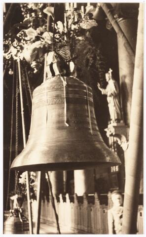 009888 - Tweede wereldoorlog. Klokkenroof. De uit de Heikesekerk verwijderde luidklokken staan gereed om op last van de Duitsers te worden afgevoerd.
