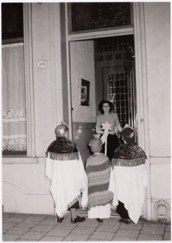 053122 - Driekoningen zingen bij familie van Delft Spoorlaan 106.