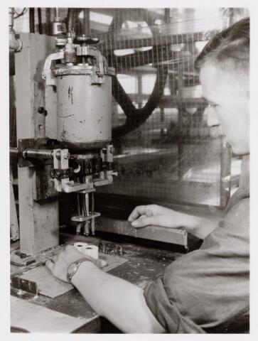 038692 - Volt. Turnhout. Het ingieten van lijntrafo's ook wel genoemd line output-transformers LOT. Vanwege de zeer hoge spanning van 25000 volt, moesten deze zeer goed geisoleerd zijn. Fabricage- of productie vond in Turnhout plaats van 1955 t/m 1977.