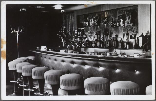 010149 - Interieur café-bar 'the Red Lion' aan de Korvelseweg nr. 62. Eigenaar Th.G. van Beurden.