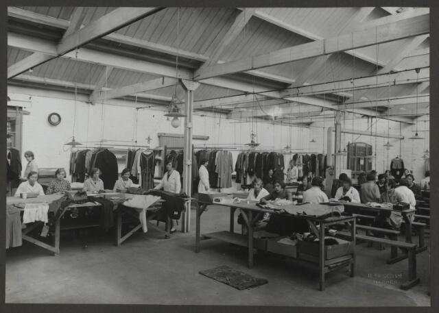 071860 - De naai- en stoppageafdeling van stoomververij en chemische wasserij De Regenboog aan de Bredaseweg. De foto is afkomstig uit een album dat werd gemaakt en aangeboden naar aanleiding van het 40-jarig jubileum van textielfabriek De Regenboog op 2 december 1930.