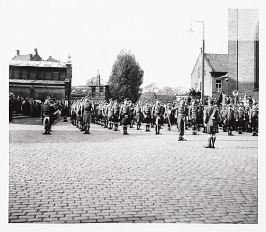 012219 - WO2 ; WOII ; Tweede Wereldoorlog. Bevrijding. Optreden van Schotse pijpers op de Markt, twee dagen na de bevrijding van Tilburg