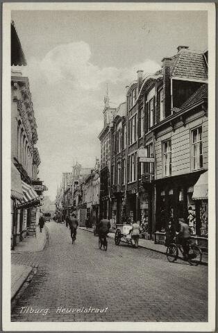 010711 - Heuvelstraat richting Heuvel ter hoogte van de Langestraat (links). Rechts een man met handkar.