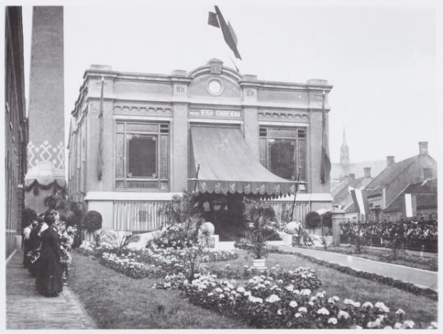 053274 - Koninklijke bezoeken. Versierd terrein van de Fabrieken Van den Bergh-Krabbendam (Beka) aan de St. Josephstraat. Op de achtergrond rechts van de schoorsteen het ketelhuis. Koningin Wilhelmina en prins Hendrik bezochten in 1913 internationale tentoonstelling en de fabrieken van de firma Van den Bergh-Krabbendam (BEKA).