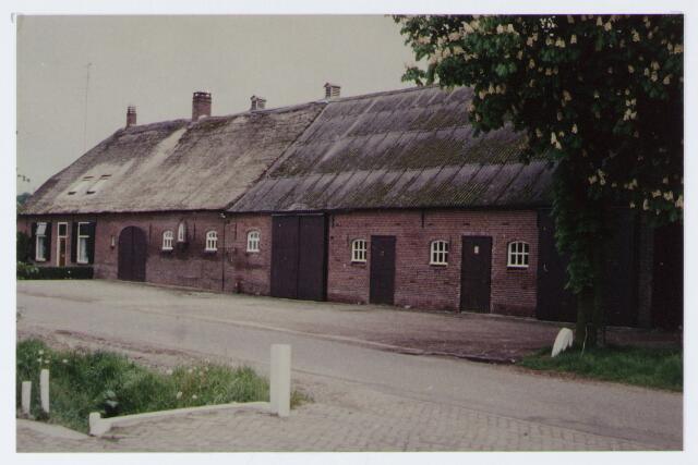 062875 - Landbouw. Boerderij van de fam Laak aan de De Kraan 94. Deze boerderij ligt in het uitbreidingsplan Waranda en is door gemeente opgekocht; thans bewoond door kraakwachters