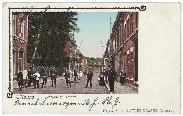 003005 - Willem II-straat richting Spoorlaan. De uitgever van deze ansichtkaart,  boekhandelaar M.G. Vattier-Kraane, woonde in het pand M1427, vanaf 1910 Willem II-straat 41. Stationschef G.J. Herbrechter was hem in de kost. De buurman van de boekhandelaar, de bekende Tilburgse fotograaf A. van Beurden, woonde op nr. 39.