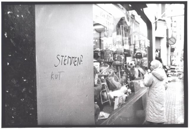 021993 - Graffiti op de gevel van speelgoedwinkel Bart Smit in de Heuvelstraat