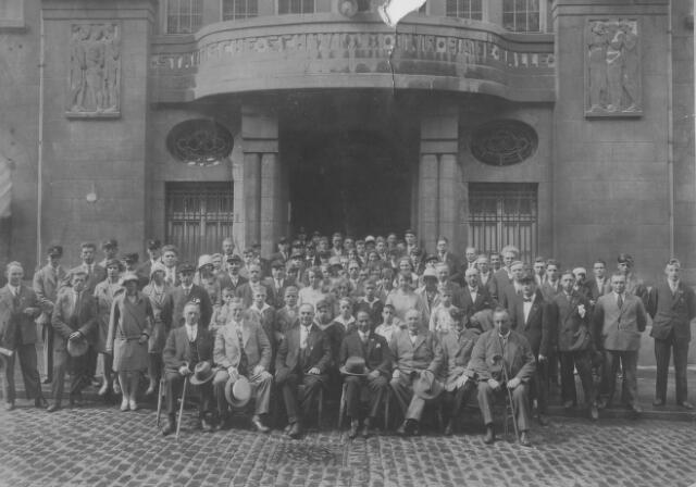 065782 - Bestuur en leden van de Tilburgse gymnastiekvereniging Olympia op bezoek bij de Städliche Schwimm und Bade Halle in Aken. Olympia was een koninklijk erkende gymnastiekvereniging, opgericht in 1905.