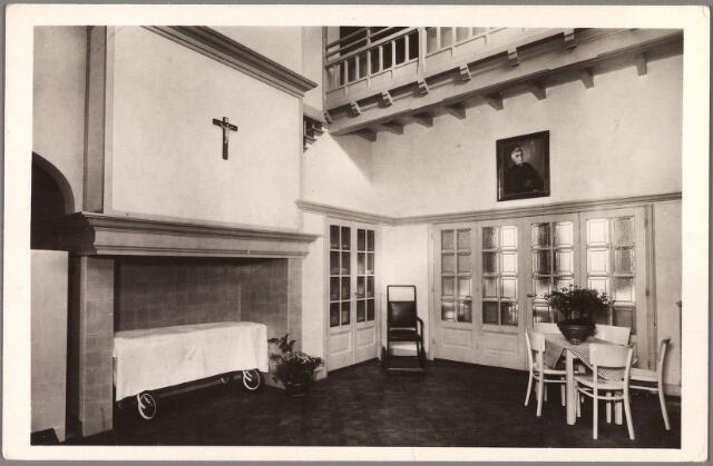 010095 - Elisabethziekenhuis. Gezondheidszorg. Ziekenhuizen.Interieur van het  St. Dionysiuspaviljoen van het voormalige St. Elisabethziekenhuis aan de Jan van Beverwijckstraat. Aan de muur het door Jan van Delft geschilderde portret van deken F.J.M. Sanders, voorzitter van het regentencollege en bij de opening aan het ziekenhuis geschonken. Het was oorspronkelijk het woonhuis van burgemeester vd Mortel en werd aangekocht door het RK Gasthuis. Later werd het gebruikt onder de naam Theresiapaviljoen voor KNO-behandelingen