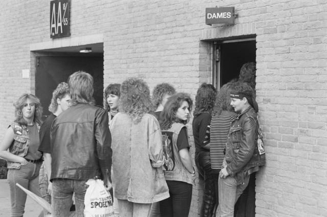 TLB023000008_002 - Bezoekers in de rij voor een dames wc tijdens Rockfestival Monsters of Rock gehouden in het Willem II stadion