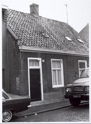 014023 - Onbewoonbaar verklaard pand in de voormalige Veldstraat, nu Abraham Kuijperstraat in 1964