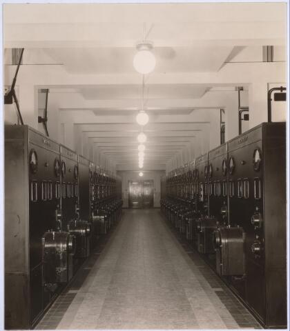 025185 - Interieur van het schakelstation van de GEB aan de Lange Nieuwstraat anno 1932