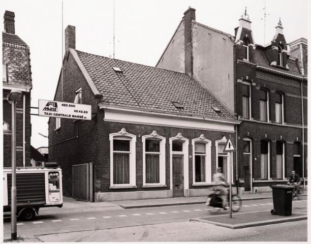 033380 - In het midden Tivolistraat 21, voorheen Bosscheweg 105 en vanaf 1932 Bosscheweg 375. Tot 1923 winkelhuis bewoond door de weduwe Adriana Elisabeth van Riel-Mulders, kruidenierster. Vanaf 1923 is haar zoon, aannemer J.G.J. van Riel hoofdbewoner. Tot 1968 woont er diens weduwe Anna H.L. van Riel-Huijbregts.