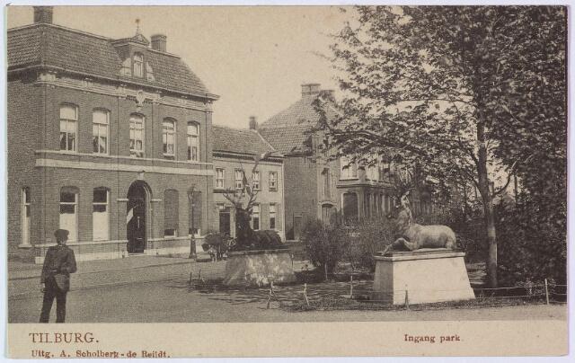 002843 - Westzijde van het Wilhelminapark met rechts de herten bij de ingang park. Links het grote pand N169, vanaf 1910 Wilhelminapark 33, bewoont door Frederikus M.H. Swagemakers, geboren te Tilburg op 3 november 1858 en aldaar gehuwd op 23 januari 1883 met Henrica J.M. van Roessel. Swagemakers was firmant van wollenstoffenfabriek Swagemakers-Caesar. In 1927 verhuisde het echtpaar naar Ottersum. De volgende bewoner was Wilhelmus A.M. Pessers, handelaar in wollen stoffen, geboren te Tilburg op 4 augustus 1893 en getrouwd met Maria Th.C.J. Donders. Pessers bewoonde dit pand tot 1972 en verhuisde toen naar Oisterwijk. Vervolgens, het iets naar binnen gebouwde pand N170-171, vanaf 1910 Wilhelminapark 30/31, bekend als café de Zwarte Leeuw. Op nummer 30 woonde rond 1900 timmerman W.A. Claassen, op nr. 31 koffiehuishouder Petrus Hendrikus Claassen, geboren te Tilburg op 17 augustus 1855 en getrouwd met Francisca Ketelaars. Ter plaatse werd een herenhuis gebouwd voor Arnoldus Q.M. Eras die er overleed op 10 november 1952. Vanaf maart 1970 zat in dit pand het dagverblijf van de mgr. Zwijsenstichting. Vervolgens N172, rond 1900 magazijn in antiquiteiten van A. Dusée en Co. Ook dit magazijn is gesloopt in 1929. Tenslotte huisnummer N173, vanaf 1910 Wilhelminapark 29. De bewoners waren rond 1900 Adolphus P. Janssen en zijn vrouw Mathilda M.E. van Baal. Janssen was firmant van de wollenstoffenfabriek Gebr. Janssen. Vanaf 1972 zat in dit pand apotheek Kerssemakers.