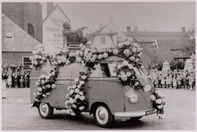 043141 - Wol- en bloemencorso b.g.v. het 10-jarig bevrijdingsfeest. Govers op Korvel reed met een V.W. bestel mee in het corso.