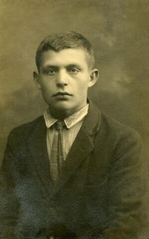 071736 - Franciscus Alphonsus (Frans) de Goeij, geboren te Hedikhuizen op 3 juli 1912, was loopjongen in Tilburg bij drukkerij Bergmans, toen hij tijdens de uitoefening van zijn werk werd aangereden en aan de gevolgen daarvan op 1 mei 1929 overleed. Zijn ouders waren mandenmaker Nicolaas de Goeij en Arnolda van Bokhoven.