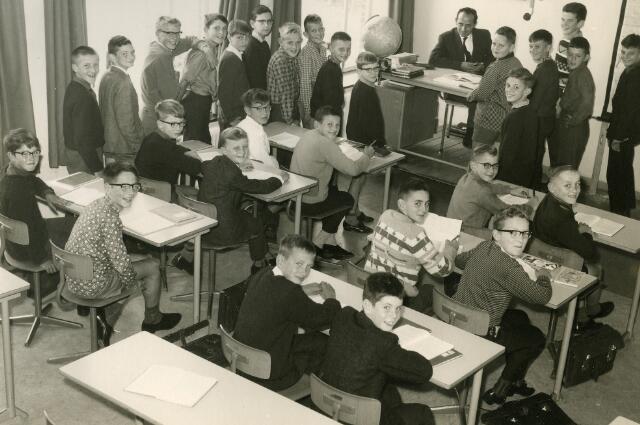 092084 - Klassefoto van klas 1G van de St. PAULUS-HBS, 1963-1964. Achter de tafel leraar aardrijkskunde dhr. F. van Boekel.