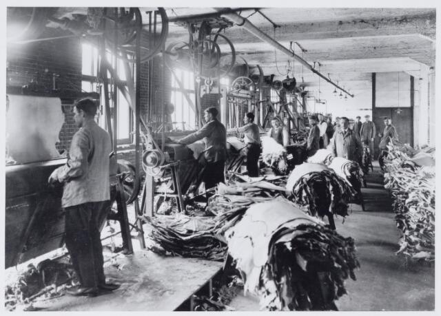 049114 - Industrie. Arbeiders aan het werk in de leerlooierij van de firma Pessers-Verbunt.