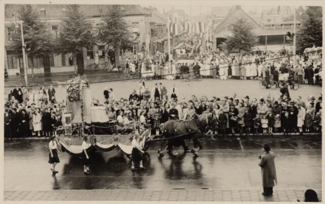 049036 - Festiviteiten te Tilburg b.g.v. het 50-jarig regeringsjubilé van Koningin Wilhelmina op 6 september 1948. Aankomst van koning Willem II bij de 'Vier Winden' aan de Bredaseweg ter hoogte van het oud Belgisch lijntje.  Verslag over deze festiviteiten met optocht staat in het Nieuwsblad van dinsdag 7 september 1948. hier trekt de stoet over het Willemsplein.