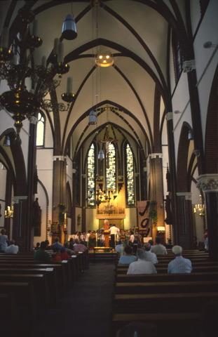 656906 - Sint Job viering in Berkel-Enschot. Interieur van de Sint Caeciliakerk.  Op de tweede, of soms derde, zondag van mei gaan mensen op bedevaart naar Sint Job in Enschot. Dit is tegenwoordig een dorpsfeest, pleinfeest Sint Job. Met in de ochtend een mis in de Sint Caeciliakerk.