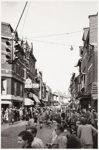 053251 - Werelddierendag. Optocht trekt vanaf Willem II-straat door de Heuvelstraat naar de Heuvel.