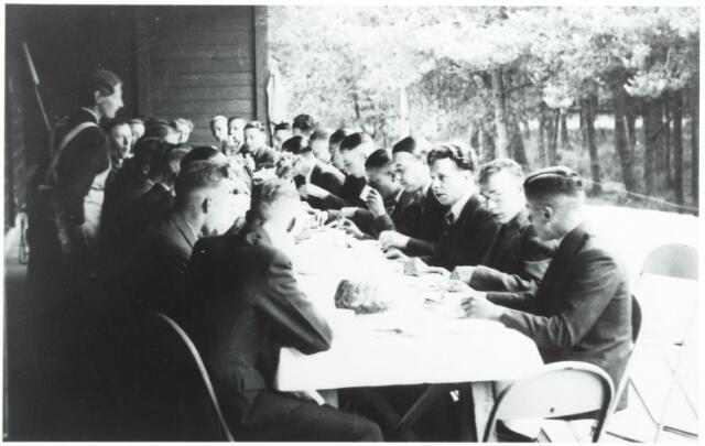 052734 - Heike's Ontspanningsoord, H.O.O.; het ontspanningsoord was gelegen langs de spoorlijn Tilburg-Breda in de buurt van het Wandelbos.Leden  van het H.O.O. aan de koffietafel
