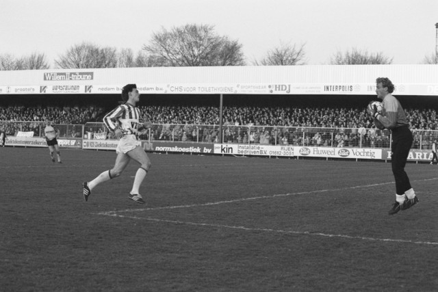 TLB023002609_002 - Voetbal Willem II. Mick Farrington, spits. De bal is in handen van de keeper