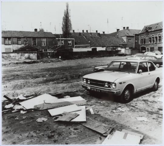 025521 - Braakliggend terrein aan de Langestraat, waar voorheen de gebouwen van wijnhandel J. A. Verbunt stonden (foto gemaakt in periode 1972-1980)