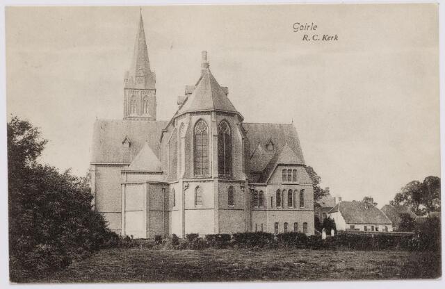 046333 - De achterzijde van de parochiekerk St. Jan Onthoofding. Rechts van het priesterkoor de sacristie. In februari 1910 werden uit de kelder onder de sacristie vier oude koperen kandelaars gestolen.