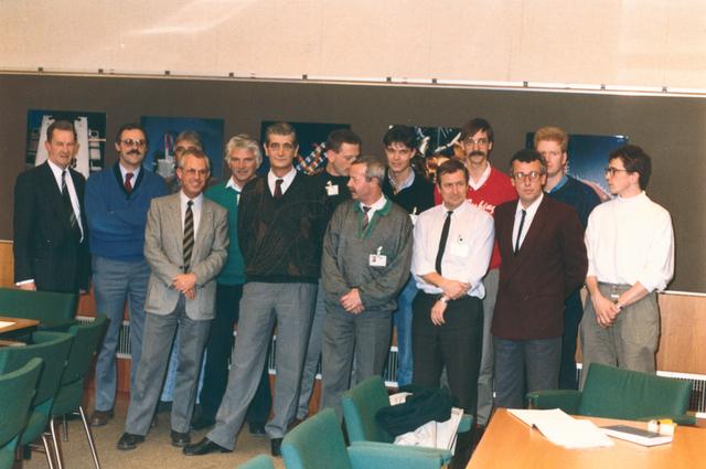 651480 - VOLT, Tilburg.Noord. Na een opleiding van 4 jaar slaagden op 14-12-1988 de eerste groepschefs fabricage. De bedoeling van deze opleiding was lijnverkorting. De functies hoofdmontageleider en montageleider moesten ineen vloeien. De geslaagden zijn: W. v. Boxtel, J. v. Dun, M. Jacobs, J. Kuijpers, H. Maas, F. Ruis, J. v. Rijswijk, A v.d. Sande, C. Schuring, A. Vermee, A. Vermeer, C. v.d. Wiel. 1e van links Dhr. Kemmere, projectleider. 3e van links Dhr. Duim hoofd opleidingen.