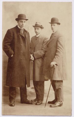 044912 - Links Frans Siemer (1887-1966). De twee andere mannen zijn onbekend.