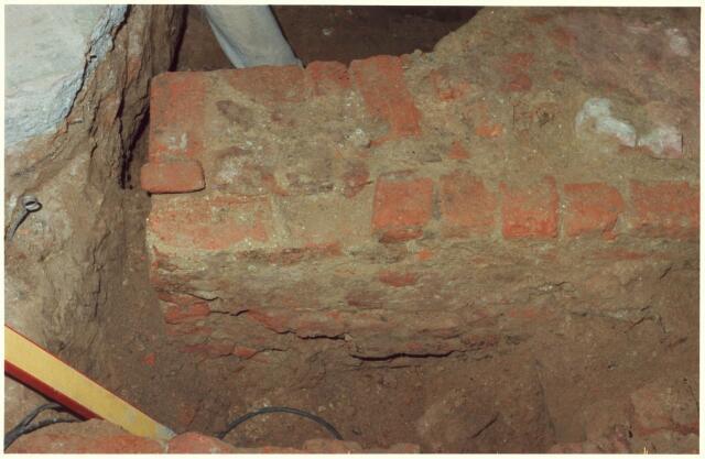 021828 - Opgravingen bij de verbouwing van cafétaria Van Dam op de hoek Heuvelstraat - Nieuwlandstraat in de zomer van 1980