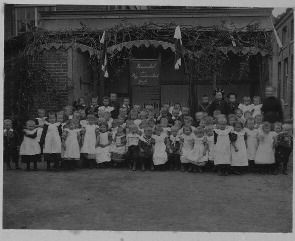 063807 - Onderwijs. De bewaarschool van de zusters van het Kostbaar Bloed achter hun klooster aan de Bergstraat in Goirle.