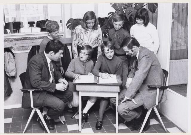 101175 - Onderwijs. Basisschool. Op 29 april 1971 vond in de lagere school te Oosterheide een verkeizingsenquete plaats onder de schoolkinderen