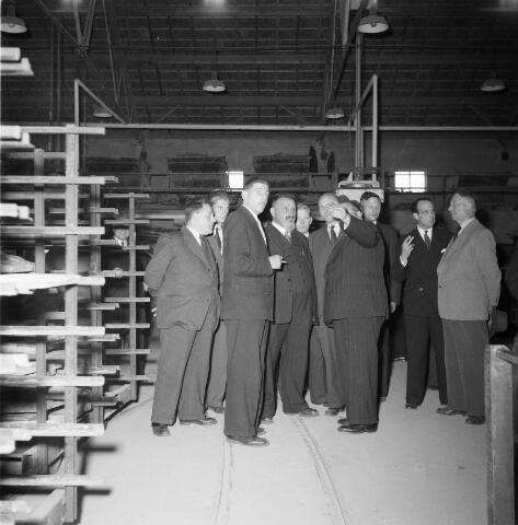 050299 - 1e steenlegging woningbouw door secretaris generaal en bezoek steenfabriek.
