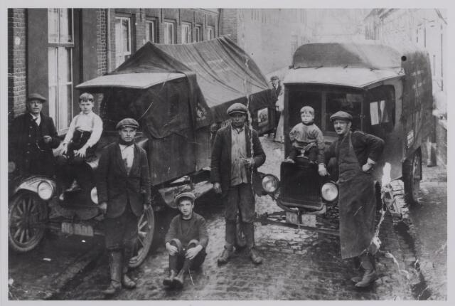 040322 - Expeditiebedrijf J.H.Wijnen, gevestigd aan de Oranjestraat 7. Links Wijnen met zijn 3 zonen Leo Jan en Dorus (in het midden). Rechts Janus van den Biggelaar, knecht bij steenkoolhandek van Beurden. Na zijn ontslag werd hij grafmaker op het kerkhof aan de Bradaseweg. Op de vrachtwagens zitten de zonen van  Van den Biggelaar.