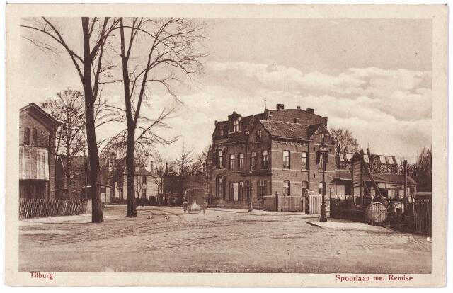 002218 - Spoorlaan vanaf de Noordhoek, gezien vanaf de fabriek van Frans Mutsaerts & Zn. Links een gebouwtje van het spoorweg-emplacement. In het midden op de achtergrond de villa van de familie Hofland. Ervoor de panden Spoorlaan nr. 152-152a, het kantoor met bovenwoning van de maatschappij die de tramlijnen naar Waalwijk en Esbeek via Goirle en Hilvarenbeek bereed, de 'Hollandsche Buurtspoorwegen', en rechts het emplacement met kantoor van de 'Zuider Stoomtramweg Maatschappij'- lijn Tilburg-Dongen. Nadat de tramdiensten gestaakt waren verrees op de terreinen van de beide tramstations de garage van de B.B.A. Rechts van het complex de ingang van de remise. Op de hoek een gaslantaarn.
