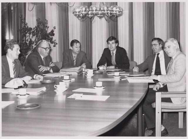 100458 - Gemeentebestuur. Vergadering College van Burgemeester en Wethouders.  v.l.n.r. P. Willemsen (wethouder), A. Mater (burgemeester), A. van der Beek (secretaris), C. Leijtens (wethouder), P. Schriek (wethouder) en V. Rosierse (wethouder).