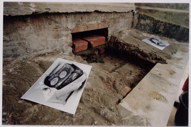 044284 - Op 3 april werd het standbeeld van koning Willem II op de Heuvel opnieuw onthuld, nadat er enige veranderingen hadden plaatsgevonden. Zo was het beeld gedraaid en het voetstuk verhoogd. Op de foto de voet van de sokkel met een foto van de loden doos, die was ingemetseld bij de plaatsing van het beeld in 1924.