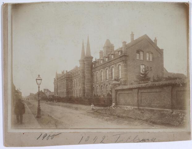 025339 - St. Josephgasthuis aan de nog onbestrate Lange Nieuwstraat omstreeks 1900
