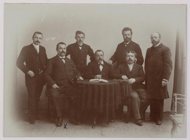 041353 - Bestuur R.K. Handelsreizigers vereniging. foto: zittend links aan tafel J.H. Vossen