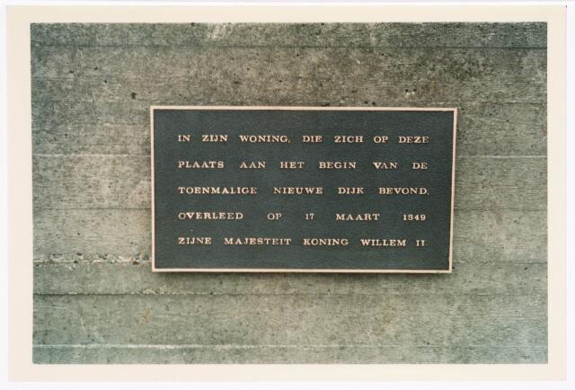 036039 - Stadhuisplein.  Gedenkplaat Willem II op fontein behoort bij gedenknaald Obelisk.